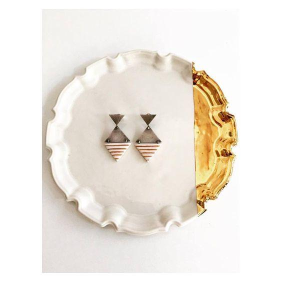 Pilar Cotter - décembre 2016 ·    Desarrollos formales sobre una misma idea, un lenguaje plástico apoyado en referentes como los frisos que se encuentran en las fachadas de las casas racionalistas de los años 50 en Santa Cruz de Tenerife #jewellery #porcelain: