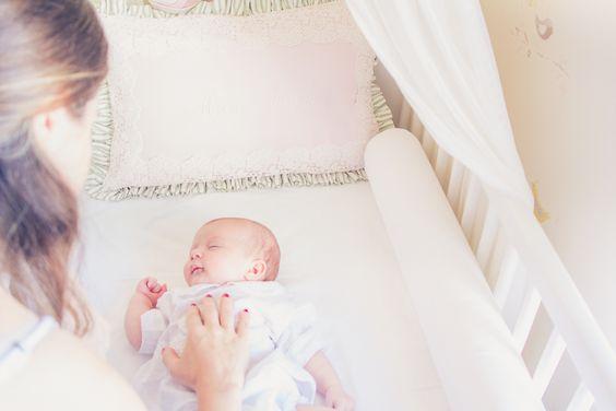 Fotografia Newborn Lifestyle Menina. Branco e Rosa. Quarto do bebê.