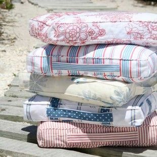 How to make a box cushion with a carry handle...great idea for beach guests