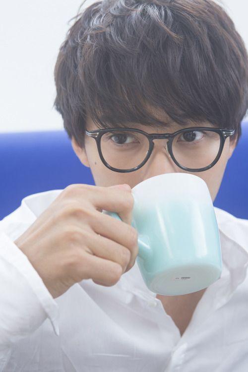 コーヒーを飲んでいる山崎賢人