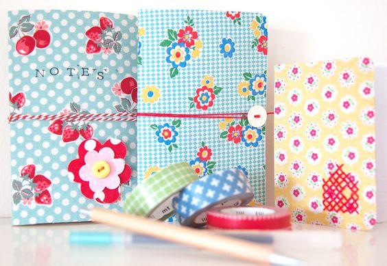 Cubra cadernos moleskin com este tutorial de Amesterdão:   http://bypetra.nl/blog/2012/06/13/fabric-covered-moleskine-notebook/
