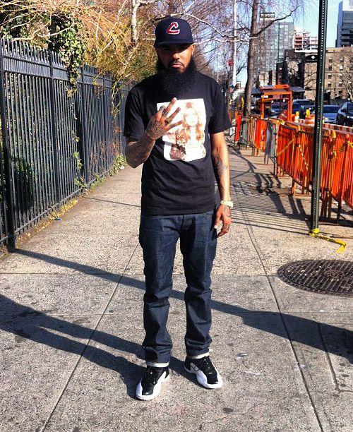 Stalley is een rapper die mij heel erg heeft beinvloed qua kleding stijl. Altijd basic tops en goede jean en exclusieve sneakers. En niet te vergeten matchende hoofddeksel bij de sneakers.