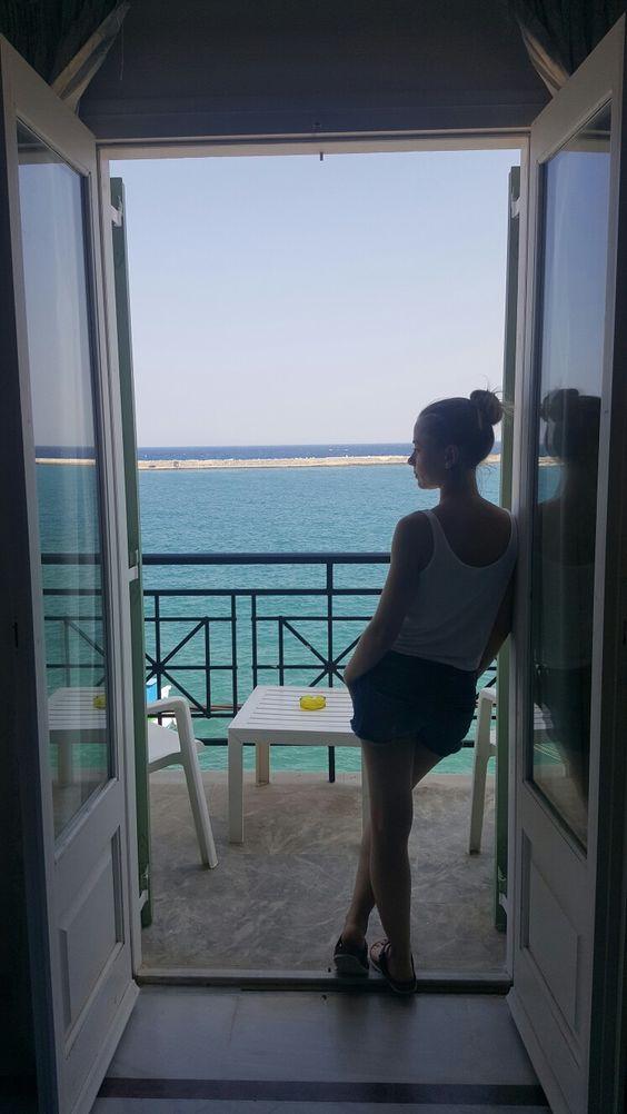 Mavi yeşil tonları, denize açılan kapılar, denizin üstünde bir balkon, deniz bu bazen düşüncelere boğar bazense alır götürür herşeyini...