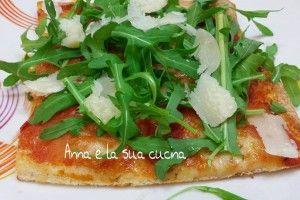 Pizza con rucola e scaglie di grana