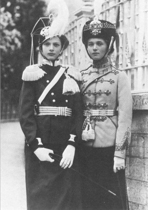 Olga and Tatiana Romanov.    Around 1913.    Such a charming photograph.: