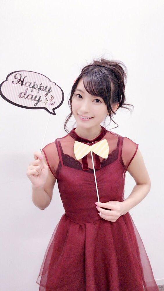 赤いお洋服の高野麻里佳さん
