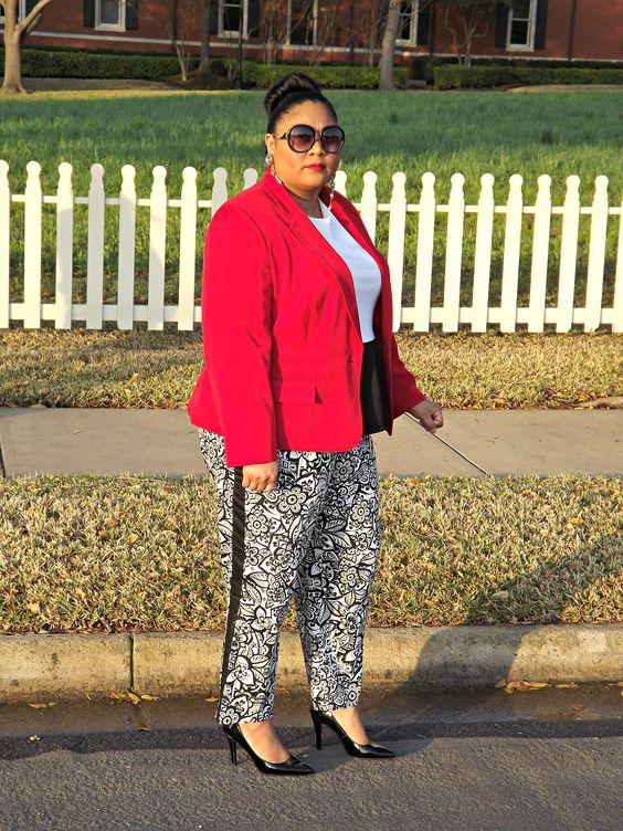 Plus size fashion blogger Kiah of From the Rez to the City rocking @Lane Bryant printed pants.