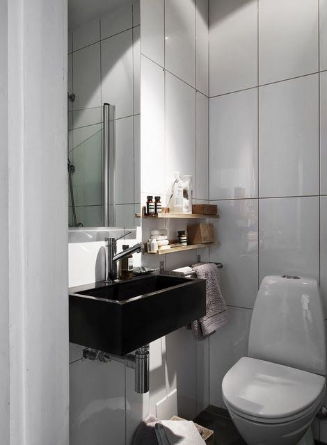 Baño Visita Bajo Escalera:Un ovalin sin mueble debajo con repisas a los lados