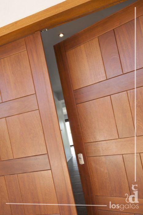 Puerta de entrada fabricada en madera en cap martinet for Puertas ingreso madera