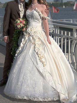 Prinzessin Sissi Brautkleid mit Rosen am Träger und mit Schleppe aus ...