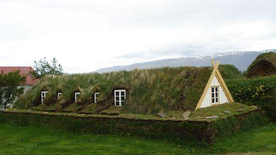 A chaque climat son habitat ! Ces maisons traditionnelles recouvertes d'une toiture végétale se fondent parfaitement dans le paysage et nous plongent dans le quotidien des Islandais... du siècle dernier !