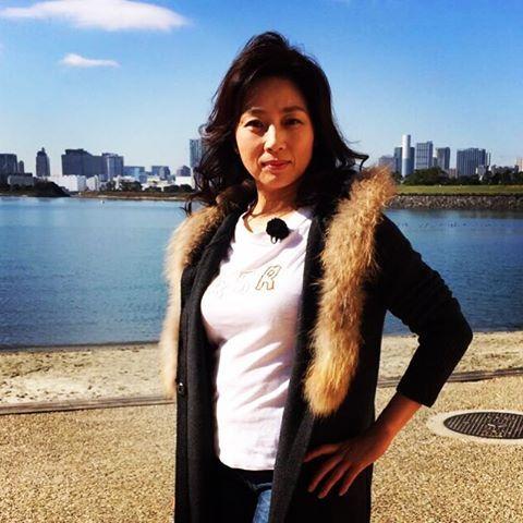 白シャツの上にファーのついたコートを着ている藤吉久美子の画像