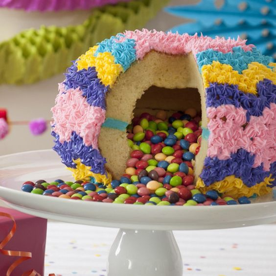 Tarta piñata que explota de dulces   Community Post: 14 Recetas de tartas piñata mágicas que están llenas de sorpresas