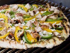 Haben Sie schon einmal Pizza vom Grill selbst gemacht? Auch ohne Pizzastein, direkt vom Grillrost, schmeckt das Ergebnis wie vom Lieblingsitaliener um die Ecke. Probiert unser Rezept für Grillpizza mit Paprika und Hähnchen. http://www.fuersie.de/grillen/artikel/leckere-pizza-grillen