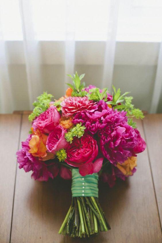 bridal bouquet idea; photo: onelove photography convites, acessórios, placas personalizadas, papelaria do casamento, mesas de jantar, festa pista de dança  Papel e Estilo ♥♥ http://www.papeleestilo.com.br/