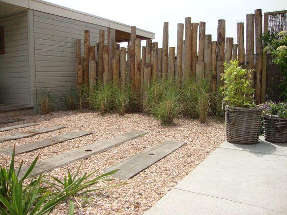 Erfafscheiding van kastanjehouten palen tuinontwerp en aanleg hoveniersbedrijf van els cker - Landscaping modern huis ...