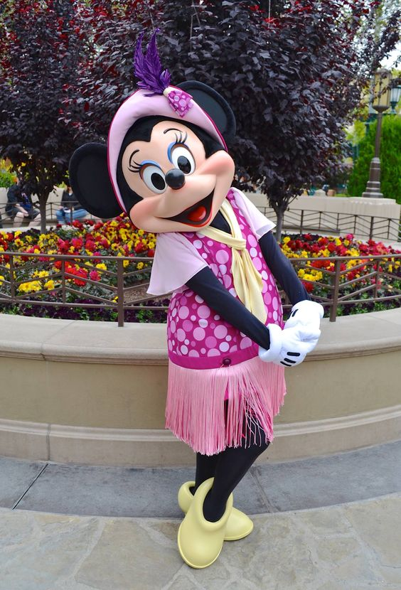Minnie Mouse is sporting a fabulous new look on Buena Vista Street in Disney California Adventure park!