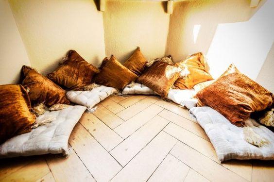 """Den Erker hat der Musiker mit Kissen ausgelegt. """"Die Stelle ist bei Parties der Renner"""", sagt er. #homestory #homestoryde #home #interior #design #inspiring #creative #porno al forno #peter #musiker #fotograf #altbau #gitarren"""