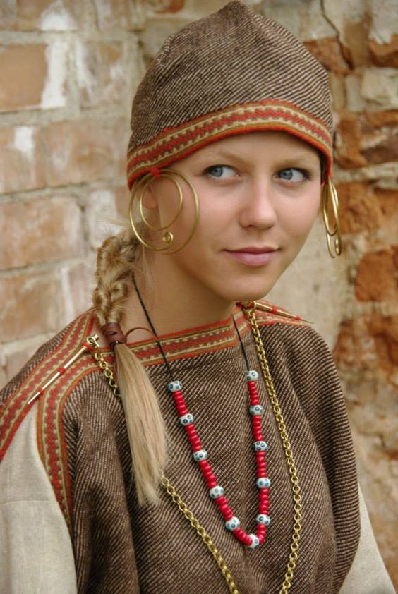 "Archaeological reconstruction of a Selonian tribe female costume and headdress (I-IV century, Roman Period or Old Iron Age). Author of the reconstruction is archaeologist PhD Daiva Steponavičienė from PI ""Vita Antiqua"", Vilnius, Lithuania.   https://www.facebook.com/VitaAntiqua:"