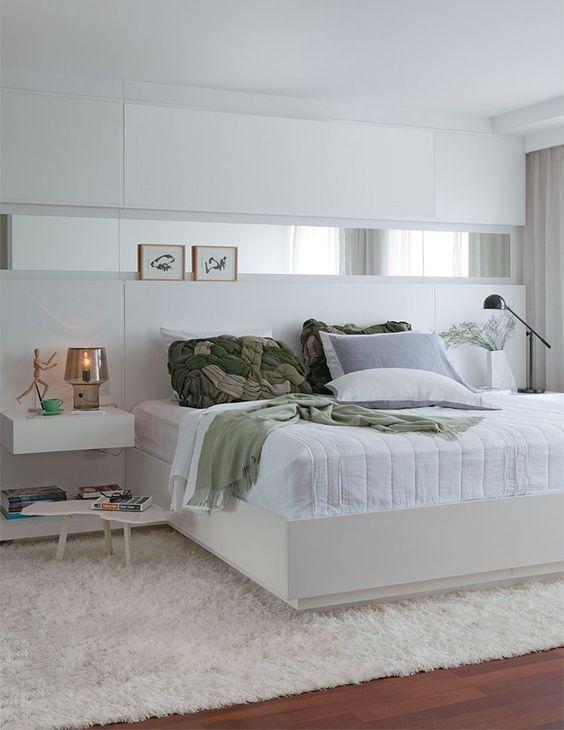 Tapete macio branco decorando quarto de casal neutro