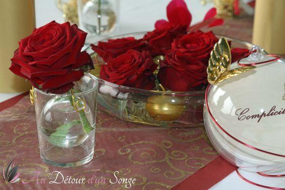 Décoration de salle de mariage. Couleurs : blanc, bordeaux et or ...