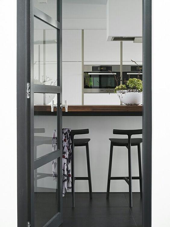 Witte keuken, donkere vloer en houten afzet   inrichting ...