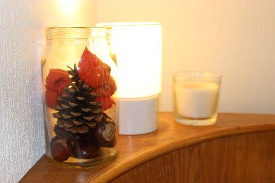 Herbstdeko mit Kastanien, Walnüssen, Haselnüssen, Eicheln, Kürbissen, Kerzen, Moos, und und und