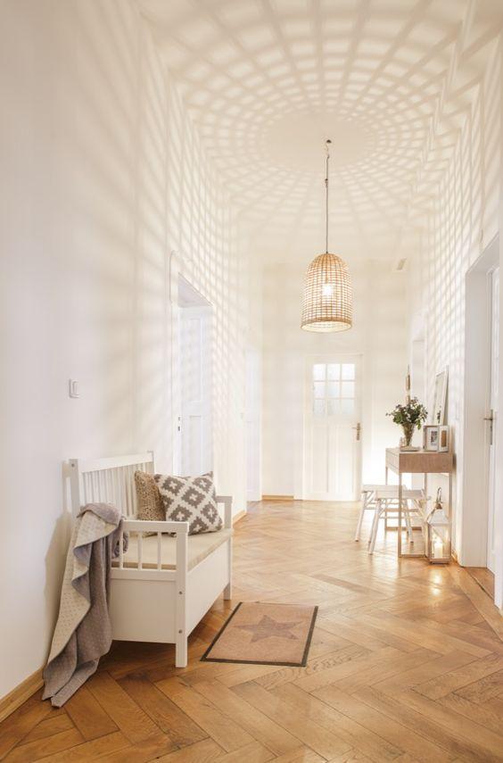 Warm, hell und einladend: Mit ein paar Tricks avanciert dieser Flur von einer Durchlaufstation zum freundlichen Eingangsbereich! Die auf den ersten Blick schlichte Deckenlampe sorgt angeknipst für einen Wow-Effekt in Deinem Zuhause: Das Licht strahlt stimmungsvoll durch die Öffnung und zaubert wunderschöne Schattenspiele auf Wände und Decken.