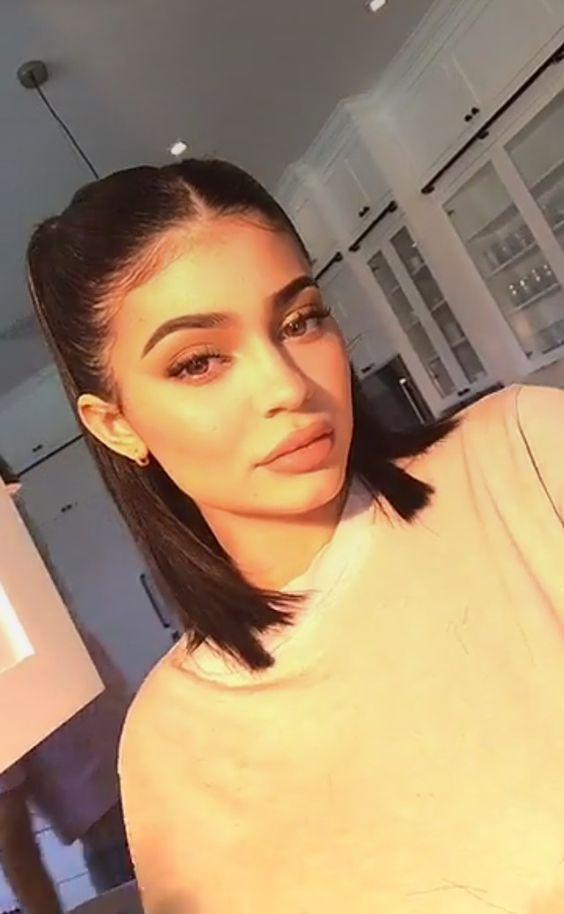6 Summer Chic Updos For Short Hair Girls To Rock Inspired Beauty Kylie Jenner Hair Jenner Hair Kylie Jenner Short Hair