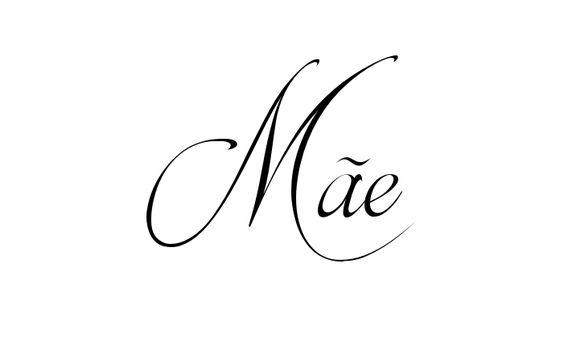 Tatuagem do nome Mãe utilizando o estilo Brotherhood Script Regular