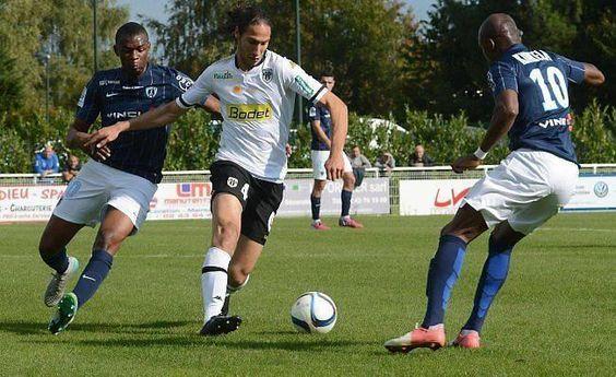Bilel Mohsni - 27 ans - Défenseur @sco_angers face à des joueurs du Paris FC.