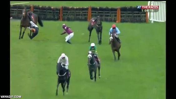 En plena carrera de caballos, dos se van al suelo y un jinete queda enganchado, ojo al compañerismo