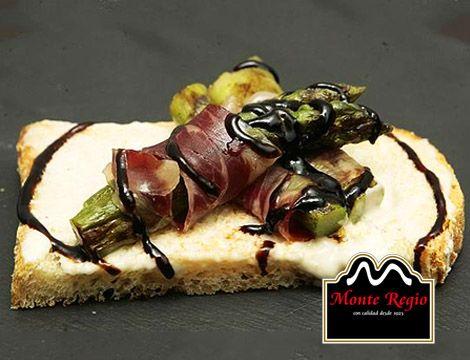 Tostada de espárragos, espárragos verdes trigueros y jamón #iberico #MonteRegio ¡Una obra maestra!