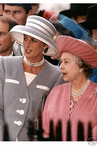 #PrincessDiana & The Queen, the Princess looks so queen-like here