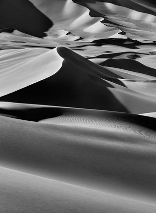 Large sand dunes between Albrg and Tin Merzouga, Tadrart.  South of Djanet. Algeria. 2009. Photograph by Sebastião SALGADO / Amazonas images