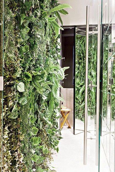 Uma solução fácil deu vida ao corredor que leva ao lavabo: plantas artificiais estão presas a uma tela de galinheiro. Os espelhos, na parede oposta e na porta, ampliam o efeito. A parede verde econômica é ideia da arquiteta Fernanda Lovisaro