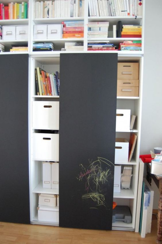 Wie praktisch. Ikea Schrank mit Schiebetüren und Tafelfarbe.