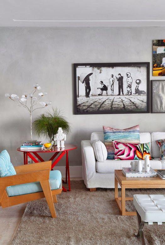 Linda sala de estar com elementos com cores vibrantes.: