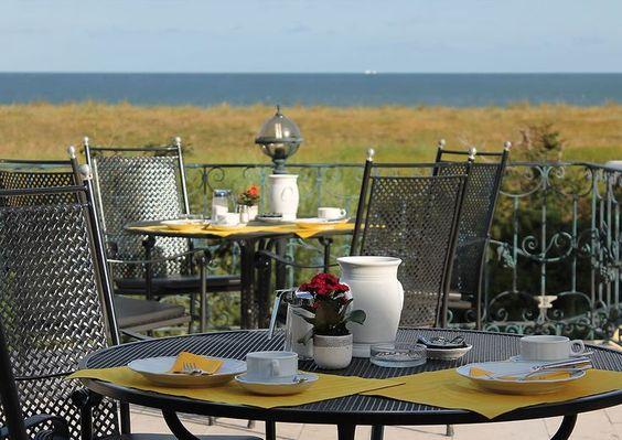Frühstück mit Seeblick auf der Terrasse von Haus Namenlos.