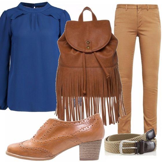 Tutto sulle tinte del color cuoio: pantaloni slim e straight abbinati a blusa blu, zaino in color cuoio con frange, cintura in corda e francesine in cuoio marroni.