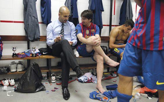 Pep Guardiola al lado de Messi | Foto: FCBARCELONA.CAT  Vaya cracks!