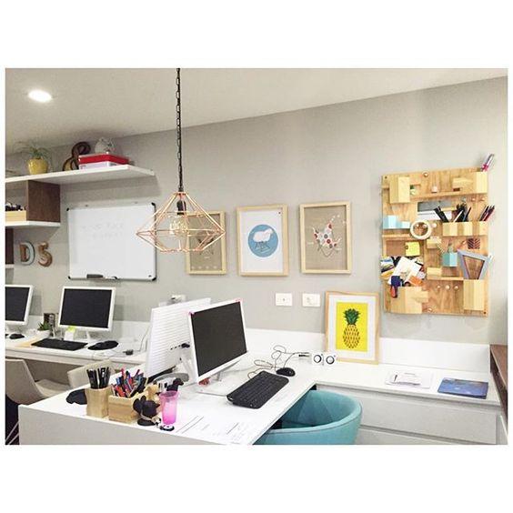 WEBSTA @ apto41 - ••• cantinho da @dudasennahomedecor c/ quadrinhos coleção cadeiras ícones @apto41   @mercattocasa reposicionados! ♥️ •• #apto41poster #apto41inspira #posteres #chair #eames #rayandcharleseames #apto41inspira #homedecor #decor #home #decoracao #decoração #interiorstyle #interior