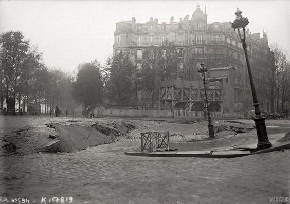 Paris, Palce de l'Alma - 1915 - Effondrement de la chaussée à la suite des travaux de percement du métropolitain. - Les travaux de la ligne 9 ont commencé en 1911, et la première section a été mise en service en 1922. La station Alma-Marceau ouvre le 27 mai 1923.