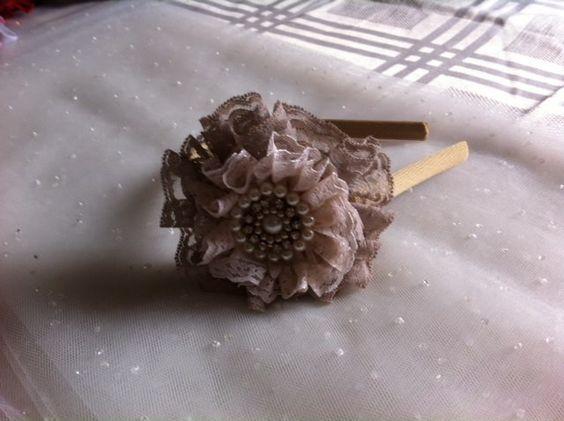 Arquinho bege, flor em renda e bordada com pérolas.
