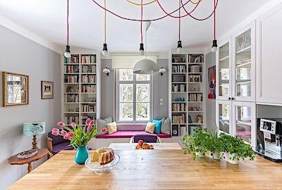 Rustikální kuchyň příjemně osvěžují žárovky na barevných textilních šňůrách a…