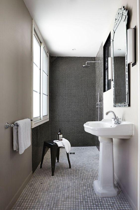 Du Carrelage Mosaique Dans La Douche Salle De Bain Noir Et Blanc Salle De Bain Noir Miroir Salle De Bain