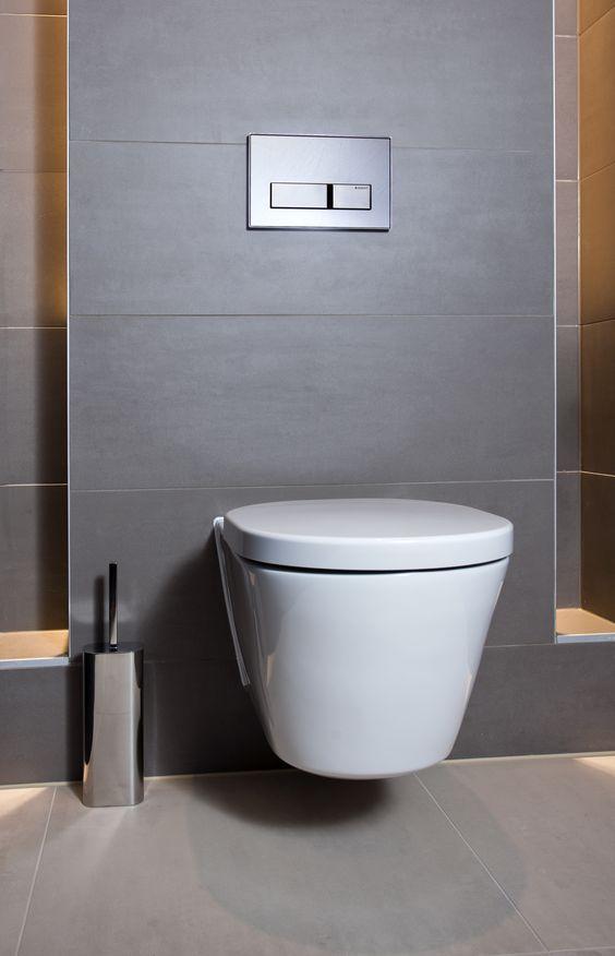 Het toilet in de natuurlijke badkamer is strak weggewerkt en is subtiel in de gehele ruimte - Kleur voor toilet ...