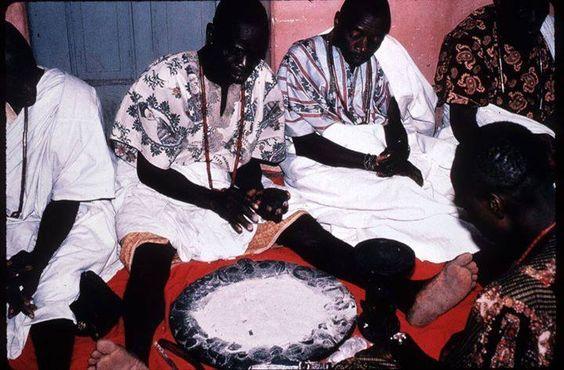 Babalaô africano jogando o oráculo de Ifá
