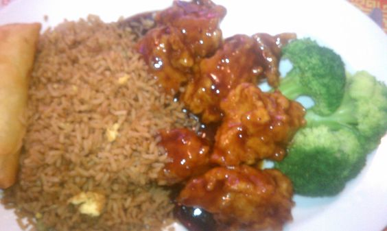 Broccoli, brown rice, egg roll, breaded chicken... Yum-OH! http://clubcabeza.blogspot.com/