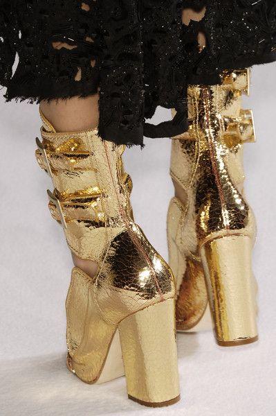 .http://www.pinterest.com/marrikanakk/don-t-like-it-spray-it-with-gold/